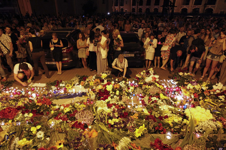 Всю прошедшую ночь киевляне несли цветы и лампадки к зданиям посольств Нидерландов и Малайзии.