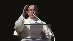 Papa Francisco abençou a multidão presente neste domingo (16/11) na Praça de São Pedro.