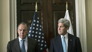 Ngoại trưởng Mỹ John Kerry (P) và đồng nhiệm Nga Serguei Lavrov trong cuộc gặp tại sứ quán Mỹ ở Luân Đôn, Anh Quốc, ngày 14/03/2014