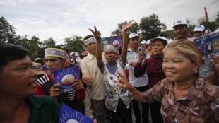 Des partisans du Parti du sauvetage national du Cambodge (CNRP) lors d'une manifestation à Phnom Penh, le 6 août 2013.