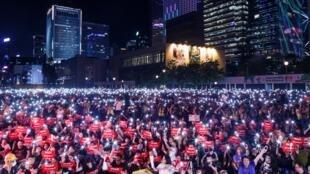 Người Hồng Kông biểu tình đêm 26/6/2019, trước thượng đỉnh G20, kêu gọi quốc tế can thiệp để chính quyền đặc khu từ bỏ dự luật dẫn độ.