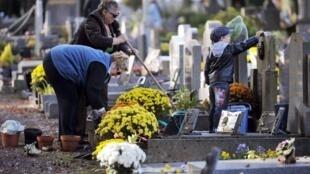 La fête de la Toussaint et la fête des morts sont célébrées respectivement le 1er et le 2 novembre.