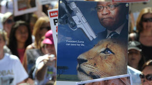 Des milliers de manifestants se sont rassemblés devant le Parlement local au Cap, samedi 15 mars.