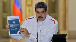 El presidente de Venezuela, Nicolás Maduro, habla durante un mensaje televisado anunciando nuevos arrestos relacionados con una supuesta invasión marítima, el 9 de mayo de 2020 en Caracas
