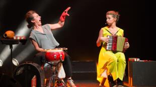 «Comme c'est étrange !», une pyramide d'histoires, de jeux vocaux, de chansons ludiques et poétiques de notre enfance, interprétés par les deux musiciennes de Söta Sälta, présentés au festival Mini Musica.