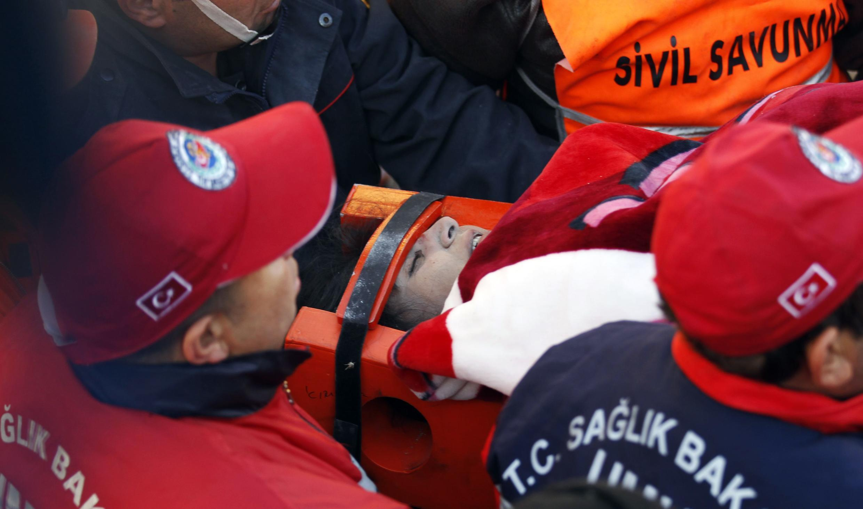Feridos são resgatados com muita dificuldade após o terremoto em Van, na Turquia.