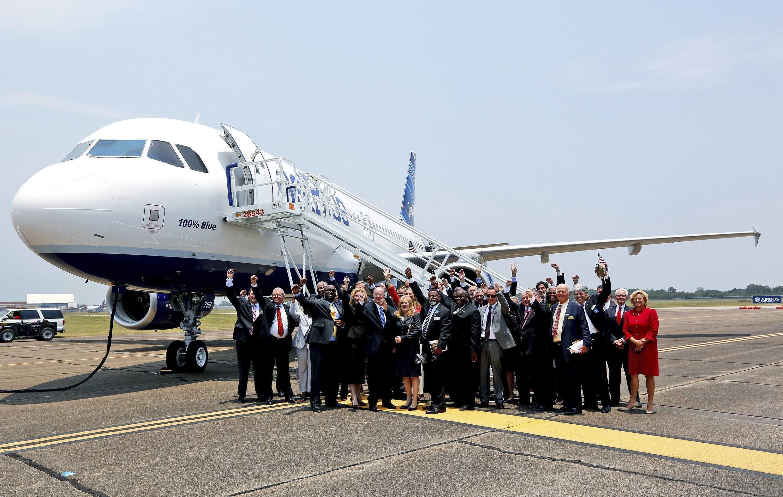 Miembros del gobierno de Alabama y ejecutivos de Airbus delante de un Jet Blue A320, este 2 de julio de 2012 en Mobile, Alabama.