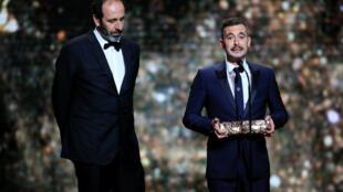 """Đạo diễn Xavier Legrand (p) và nhà sản xuất Alexandre Gavras nhận giải César về phim hay nhất cho bộ phim """"Jusqu'à la garde"""", ngày 22/02/2019."""