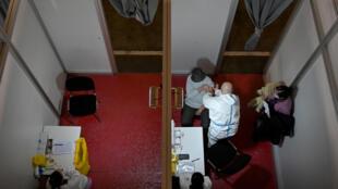 Un hombre recibe la vacuna china contra el COVID-19 Sinopharm en el recinto ferial de Belgrado, Serbia, el 4 de febrero de 2021