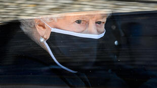 La reina Isabel II se desplaza en automóvil durante la procesión fúnebre del príncipe Felipe, el 17 de abril de 2021 en Windsor, al oeste de Londres