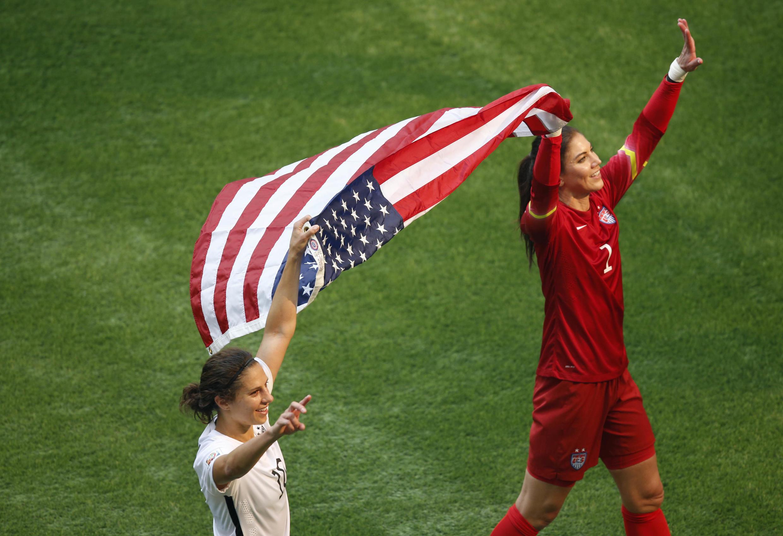 A atacante Carli Lloyd (à esq.) foi eleita a melhor jogadora do campeonato mundial feminino de futebol de 2015.