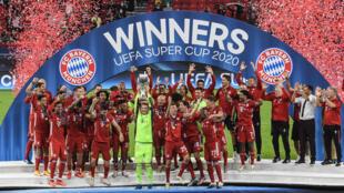 El Bayern Múnich festeja con el trofeo de la Supercopa de la UEFA el 24 de septiembre de 2020 en Budapest, donde se impuso 2-1 al Sevilla por el título que enfrenta anualmente al campeón de la Champions contra el de la Europa League