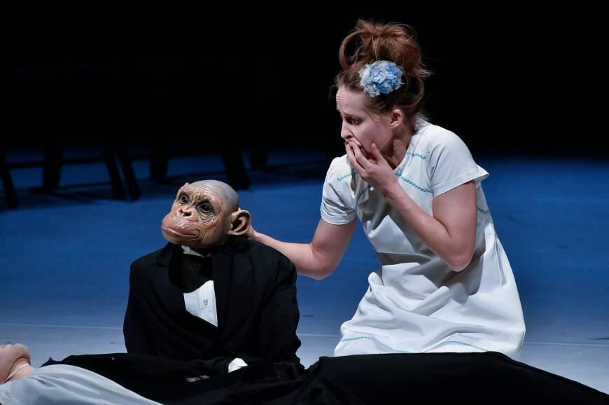 Обезьяна в спектакле Филиппа Жанти — создатель и вершитель судеб. Удивительно ловко она переставляет с места на место и людей, и кукол, швыряет их об пол, оживляет, поет им песенки.