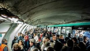 Los pasajeros intentan subirse a un tren en la estación de metro de Chatelet, en París, el 16 de diciembre de 2019, durante la huelga contra la reforma del sistema de las pensiones en Francia