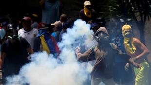 Des heurts entre la police et les manifestants à Caracas, le 19 avril 2017.