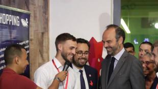 O  Primeiro-ministro Edouard Philippe, no espaço de coworking WeYoung em Shenzhen,na China,com jovens  empresários franceses rodeado   .