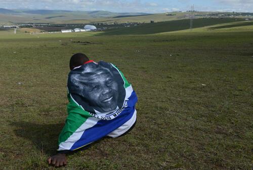 La dernière cérémonie officielle des obsèques de Nelson Mandela, dimanche 15 décembre à Qunu, est suivie de près ou de loin par de nombreux Sud-Africains.