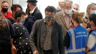 L'ancien chroniqueur de «Charlie Hebdo» Patrick Pelloux (c) lors d'une suspension d'audience, ce mercredi 2 septembre.