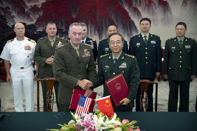 Tổng tham mưu trưởng Liên quân Mỹ tướng Joseph Dunford và tướng Trung Quốc Phòng Phong Huy (Fang Fenghui) nhân buổi ký thỏa thuận trao đổi thông tin, ngày 15/08/2017, tại Bắc Kinh.