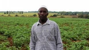 Boubacar Bah, cultivateur de pomme de terres, devant son champ.