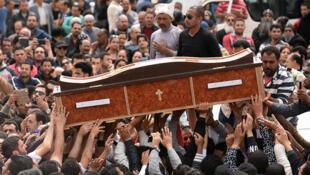 Dolientes llevan el féretro de una de las víctimas del ataque contra una iglesia en Alejandría, el 10 de abril de 2017 durante una ceremonia en el monasterio de Marmina.