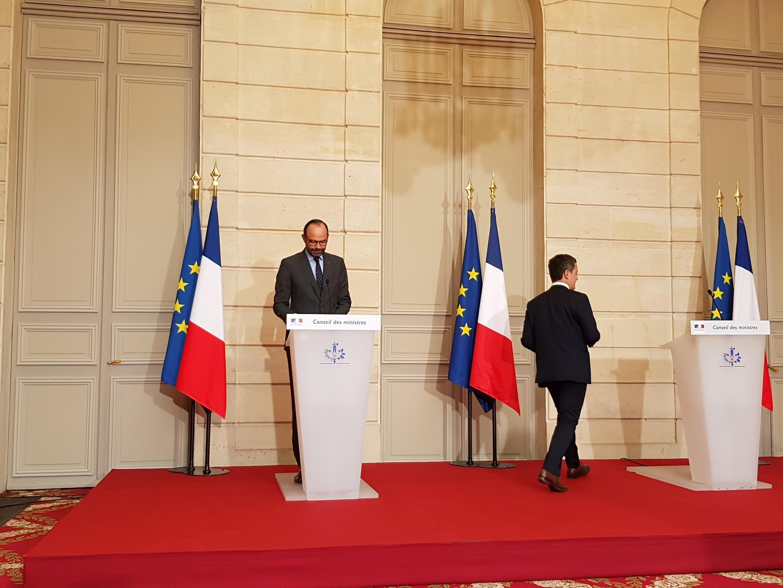 Скоро французский чиновник должен будет повернуться (доброжелательным) лицом к гражданину. На фото: премьер Эдуар Филипп и министр бюджета Жеральд Дарманен (справа) на презентации нового законопроекта