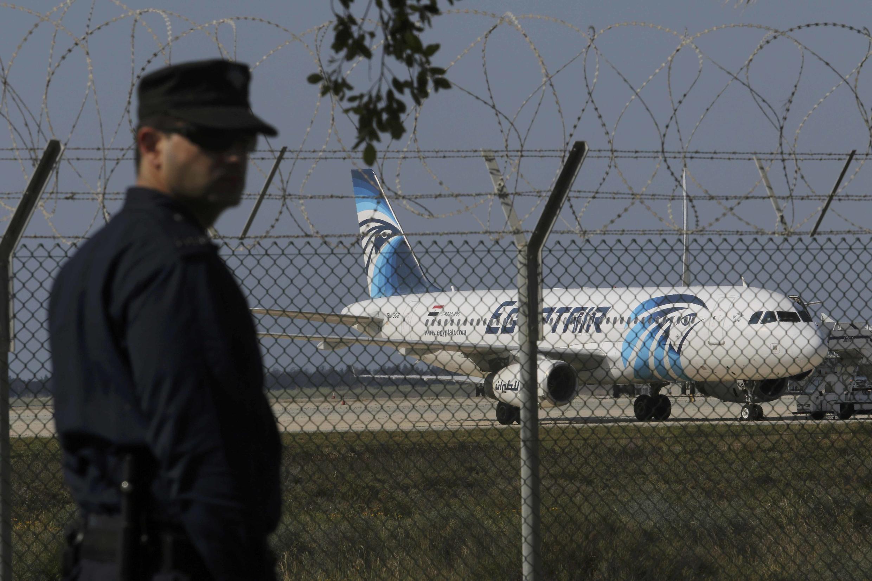 Самолет А320 EgyptAir в аэропорту Ларнаки, Кипр, 29 марта 2016 г.