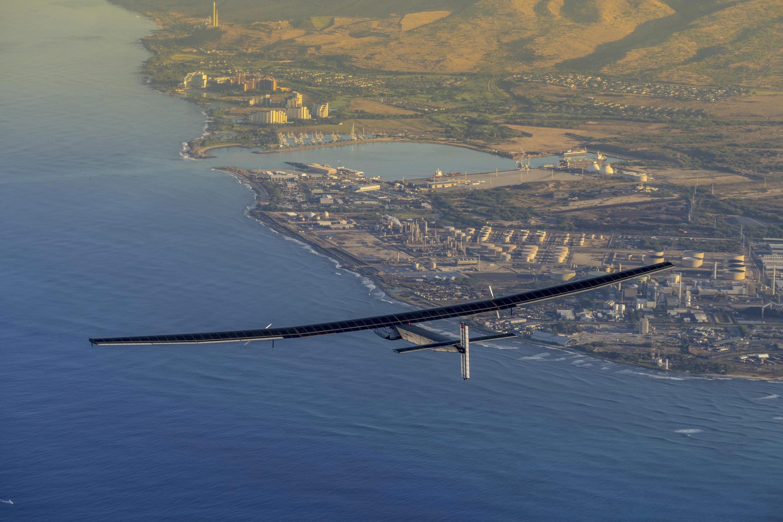 Sur les ailes de SI2, on aperçoit sur cette photo prise au-dessus d'Hawaï le 27 mars les cellules photovoltaïques permettant à l'avion de recharger ses batteries.