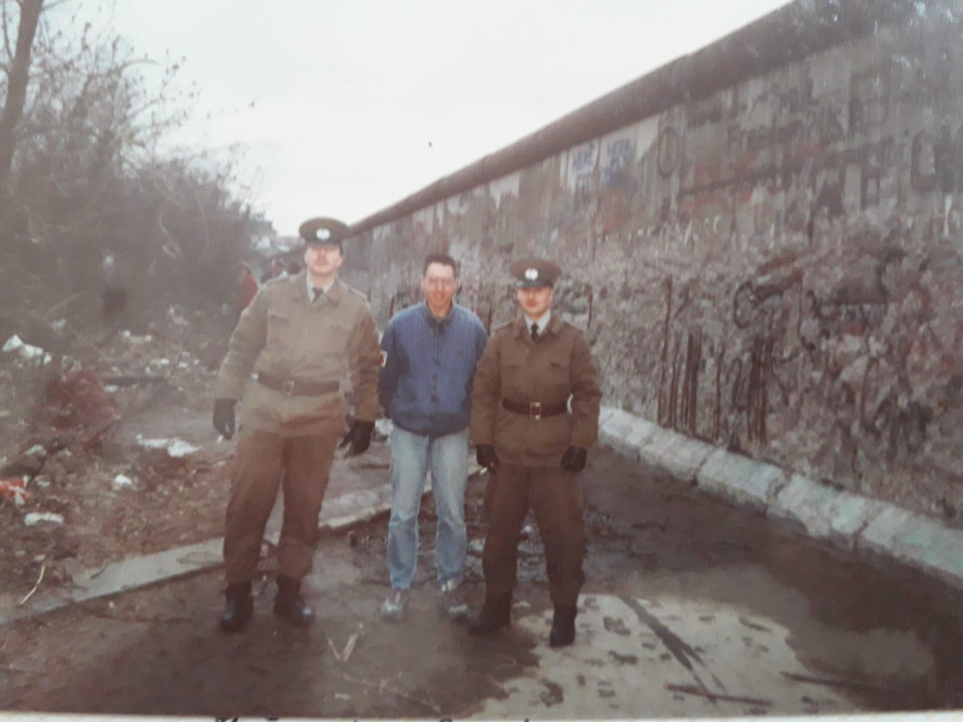 Raul Alegria (habillé en civil, au centre) aux côtés de soldats soviétiques.