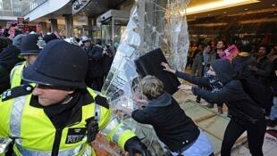 Manifestantes rompen ventanas del Partido Conservador en Londres, el 10 de noviembre.