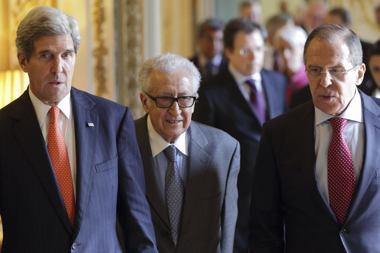Джон Керри, Лакдар Брахими и Сергей Лавров перед пресс-конференцией в резиденции посла США в Париже 13/01/2014