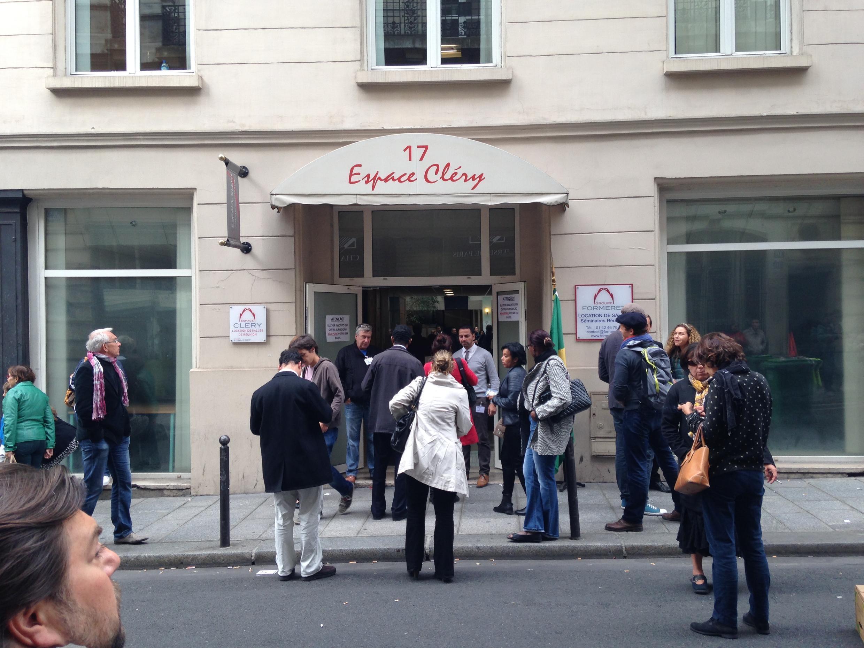 Prédio foi alugado para receber os eleitores brasileiros residentes na França, onde o voto ocorreu sem filas.