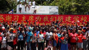 图为亚太经合峰会东道主巴布亚新几内亚首都民众被组织欢迎中国主席习近平2018年11月16日到访