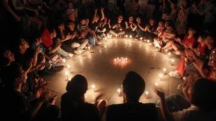 Estudantes de Hanoi se reúnem em torno de velas durante a Hora do Planeta.