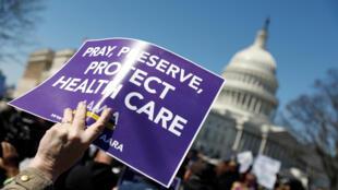 Manifestantes defendem o Obamacare durante protesto em frente ao Congresso americano.