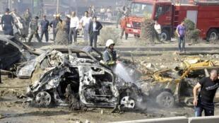 Des pompiers tentent d'éteindre les incendies déclarés lors de l'attentat le plus sanglant depuis le début du soulèvement anti-régime, à Damas, le 10 mai.