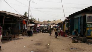 Dans une rue de Bissau.