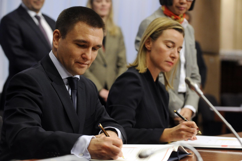 Ministro ucraniano das Relações Exteriores, Pavlo Klimkin, ao lado da chefe da diplomacia europeia, Federica Mogherini