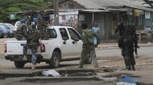 Des militaires des Forces républicaines (FRCI)  dans une rue de Yopougon, le 4 mai 2011.