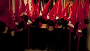 Semana Santa: grupo de penitentes se preparan par su participación en la procesión de las Fusionadas en la ciudad de Málaga.
