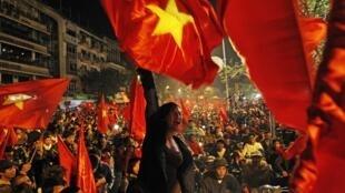 Hàng nghìn cổ động viên Việt Nam tràn ra đường ăn mừng chiến thắng Singapore ở vòng đấu bảng tối 8/12/2010