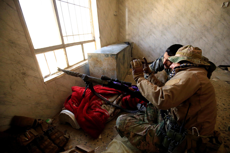 Atiradores de elite das forças iraquianas durante batalha contra jihadistas do grupo Estado Islâmico em Mossul, no Iraque, em 7 de março de 2017.