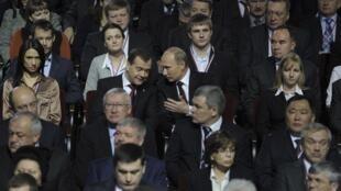 Moscou, 27 novembre 2011. Le président Medvedev (au centre à g.) en pleine conversation avec son Premier ministre (à dr.) Vladimir Poutine.