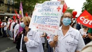 «Blouses blanches et colère noire»: les personnels de santé ont encore manifesté ce 30 juin, ici à Paris, à quelques jours de la fin de la concertation du «Ségur de la santé» du gouvernement.