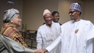 Le président hôte Muhammadu Buhari, salue le présidente libérienne Ellen Johnson Sirleaf, devant Alpha Condé et Alain de Souza, président de la Commission de la Cédéao, à Abuja, le 17 décembre 2016.