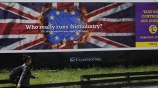 « Qui dirige vraiment ce pays ? » peut-on lire sur l'affiche de campagne du parti UKIP pour les prochaines élections européennes. Photo : Londres 22 avril 2014