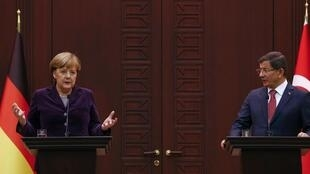 A Ankara, Angela Merkel et Ahmet Davutoglu ont promis de multiplier les efforts conjoints, le 8 février 2016.