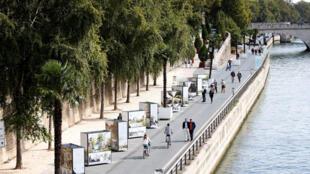 Les berges de la Seine, au coeur de Paris, définitivement interdites aux voitures au nom de la lutte contre la pollution, pour être rendues aux piétons et aux cyclistes.