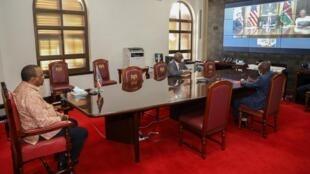 Le président du Kenya Uhuru Kenyatta participe au lancement virtuel d'un traité commercial avec les États-Unis, au palais présidentiel de Nairobi, le 8 juillet 2020.