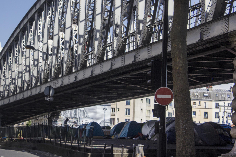 Barracas se acumulam sob os trilhos da linha 2 do metrô de Paris